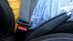 Zbliżenie mężczyzna uczepienia pas bezpieczeństwa w samochodzie zbiory