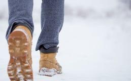 Zbliżenie męscy żółci zima buty na śniegu Fotografia Stock