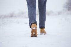 Zbliżenie męscy żółci zima buty na śniegu Zdjęcie Stock