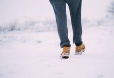 Zbliżenie męscy żółci zima buty na śniegu Zdjęcia Stock