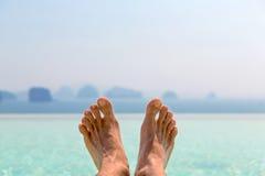 Zbliżenie męscy cieki nad morzem i niebem na plaży Zdjęcie Stock