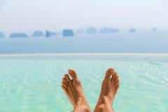Zbliżenie męscy cieki nad morzem i niebem na plaży Zdjęcie Royalty Free