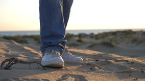 Zbliżenie męscy cieki ubierali w cajgów i sneakers tanczyć plenerowy zbiory wideo