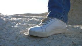 Zbliżenie męska stopa ubierał w cajgów i sneakers tanczyć plenerowy zdjęcie wideo