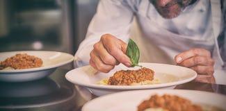Zbliżenie męski szefa kuchni garnirowania jedzenie Zdjęcia Royalty Free