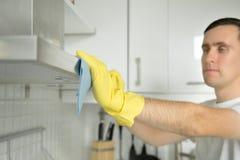 Zbliżenie męskie ręki w gumowych rękawiczkach czyści ekstraktoru okapturza Obraz Stock