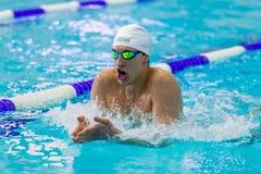 Zbliżenie męskiej atlety pływacka żabka w basenie zdjęcia stock