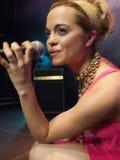 Zbliżenie młoda kobieta śpiew W mikrofon fotografia royalty free