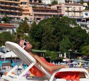Zbliżenie młoda kobieta relaksuje przy plażą fotografia royalty free