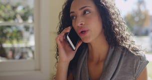 Zbliżenie młoda latynoska kobieta opowiada na telefonie komórkowym zdjęcia royalty free