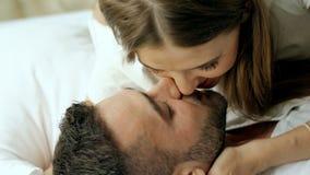 Zbliżenie młoda pary sztuka, buziak w łóżku przy rankiem i Atrakcyjny mężczyzna całowanie, przytulenie i jego zbiory wideo