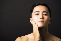 Zbliżenie młodego człowieka atrakcyjna twarz obraz stock