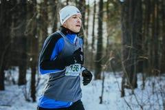 Zbliżenie młodego człowieka bieg w zim drewnach Obrazy Stock