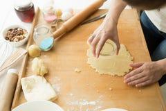 Zbliżenie młodej kobiety tnący ciasto z szkłem Obraz Stock