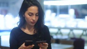 Zbliżenie młodocianej fantastycznej brunetki biznesowy ladywith głęboki - brąz przygląda się dziewczyny w czerni smokingowy próbo zbiory wideo