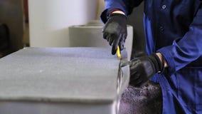 Zbliżenie młody człowiek w meblarskiej fabryce która ciie nadmierne piankowe części kanapa zbiory wideo