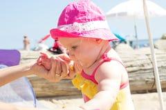Zbliżenie mały dziecko w matecznych rękach Zdjęcie Royalty Free
