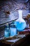 Zbliżenie magiczni błękitni napoje miłośni na drewnianej półce dla Halloween zdjęcie royalty free