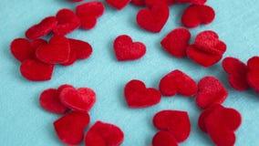 Zbliżenie mali czerwoni miękcy serca na błękita stole Zdjęcie Stock