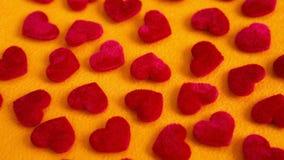 Zbliżenie mali czerwoni miękcy serca na koloru żółtego stole Zdjęcia Royalty Free