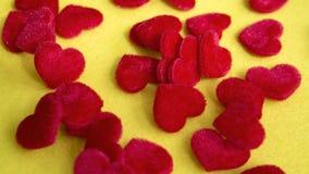 Zbliżenie mali czerwoni miękcy serca na koloru żółtego stole Fotografia Stock
