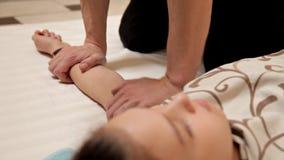 Zbliżenie masaż dziecko ręki Męski physiotherapist masażysta robi leczniczemu relaksującemu masażu lying on the beach na zbiory wideo
