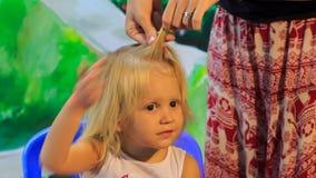 Zbliżenie matka splata małego blondynki dziewczyny plecenie zdjęcie wideo