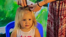 Zbliżenie matki warkoczy blondynki córki plecenia mała dziewczyna zdjęcie wideo