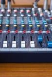 Zbliżenie melanżer w magnetofonowym pokoju Zbliżenie guzik wzrastać dźwięka lub zmniejszać Obrazy Stock