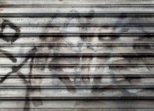 Zbliżenie metal rolkowa żaluzja z graffiti zdjęcia royalty free