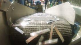 Zbliżenie metalu bateryjne olśniewające części spadają puszek od konwejeru zbiory wideo