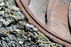 Zbliżenie metalu Manhole pokrywa obraz royalty free