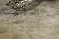 Zbliżenie metalu wisk na marmurkowatym kuchennym kontuarze, tło dowcip Obraz Stock