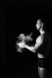 Zbliżenie mięśniowy mężczyzna przygotowywający trening Zdjęcia Royalty Free