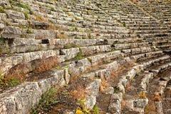 Zbliżenie miejsca siedzące przy antycznym amfiteatrem Obrazy Stock