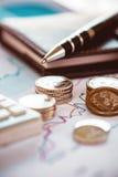 Zbliżenie monety z kreskową mapą, piórem i kalkulatorem, Obrazy Stock
