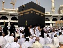 Zbliżenie Muzułmańscy pielgrzymi wykonuje Tawaf podczas Umra fotografia royalty free