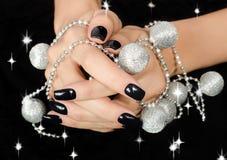 Zbliżenie na żeńskiej ręce z czarnym manicure'em. Zdjęcie Royalty Free