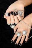 Zbliżenie na żeńskiej ręce z czarnym manicure'em. Fotografia Royalty Free