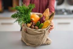 Zbliżenie na gospodyni domowej pokazuje świeżych warzywa Obrazy Stock
