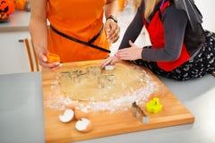 Zbliżenie na Halloween ubierał dziewczyny z matką robi ciastkom Zdjęcie Stock