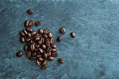 Zbliżenie na kawowych fasolach na kamiennym substracie Fotografia Stock