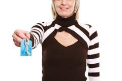 Zbliżenie na kluczu w ręce pośrednik handlu nieruchomościami kobieta zdjęcia stock