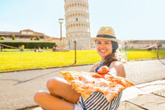 Zbliżenie na kobiecie daje pizzy w Pisa Obraz Royalty Free