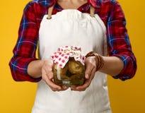 Zbliżenie na kobieta seansu kucbarskim słoju marynowane pieczarki Obrazy Stock