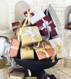 Zbliżenie na kolorowych prezentów pudełkach dla sezonów wakacyjnych wśród bielu zdjęcie stock