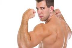 Zbliżenie na męskiej atlecie pokazywać mięśniowego ciało Fotografia Royalty Free
