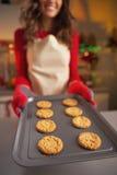 Zbliżenie na młodej gospodyni domowej pokazuje nieckę świezi ciastka Zdjęcie Royalty Free