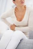 Zbliżenie na młodej kobiecie ma żołądka ból Obraz Stock