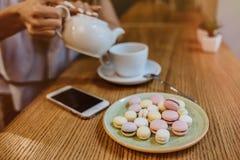 Zbliżenie na młodej kobiecie ma filiżankę herbata fotografia stock